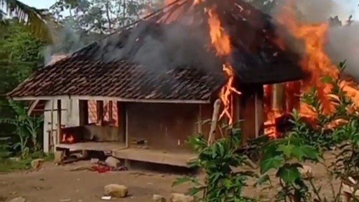 Lupa Matikan Kompor Saat Jemput Anak di Sawah, Rumah di Lebak Hangus Terbakar