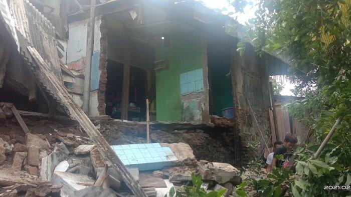 Dua rumah warga di Jalan KH A Khatib Kedalingan Komplek PDAM, Kelurahan Cipare, Kecamatan Serang, Kota Serang, Senin, (1/2/2021) terlihat rusak setelah terkena longsor pada Sabtu malam.