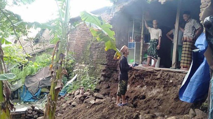 Dapur Rumah Warga Mancak Serang Ambruk Tergerus Longsor Saat Hujan Deras Semalaman
