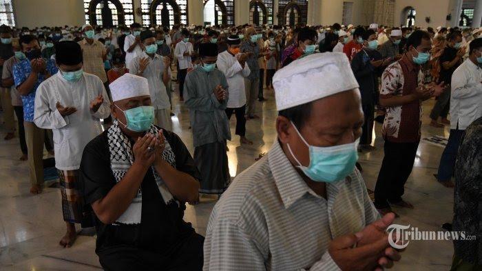 Jemaah menggelar Salat Jumat saat pandemi Covid-19 di Masjid Nasional Al Akbar, Kota Surabaya, Jawa Timur, Jumat (27/3/2020).