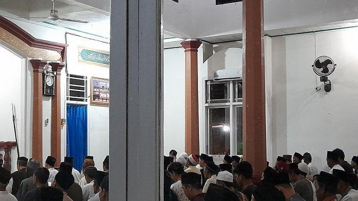 Salat Tarawih Pertama di Masjid di Pandeglang, Jemaah Tak Pakai Masker Maupun Jaga Jarak 1 Meter