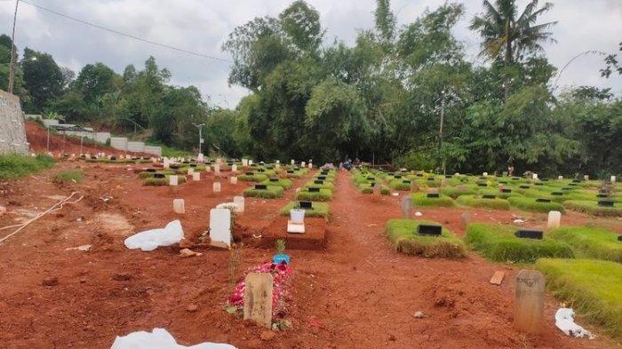 Sampah Alat Pelindung Diri (APD) berserakan di makam jenazah Covid-19 TPU Jombang, Ciputat, Tangerang Selatan, Senin (18/1/2021)