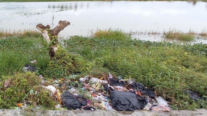Tumpukan Sampah di Pinggir Jalan Raya Serang-Pontang, Ini Penyebabnya