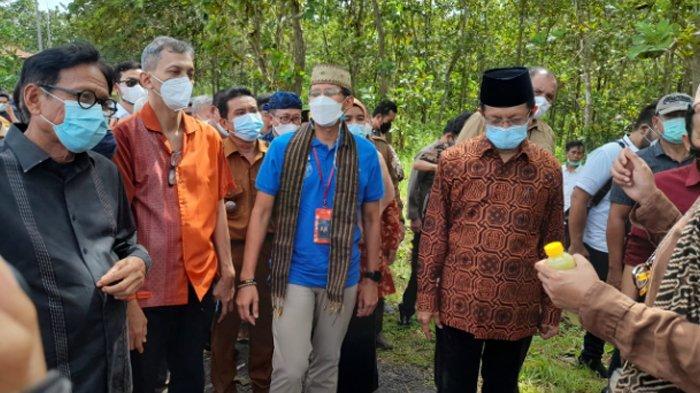 Menteri Pariwisata dan Ekonomi Kreatif, Sandiaga Uno mengunjungi Kampung Agrinex yang berada di Desa Cikeusik, Kecamatan Cikeusik, Kabupaten Pandeglang, Banten, Selasa (6/4/2021).