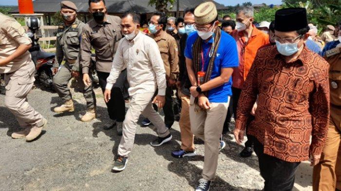 Gaya Sandiaga Uno Kunjungi Agrinex di Pandeglang, Pakai Sneakers dan Baju 'Wonderful Indonesia'