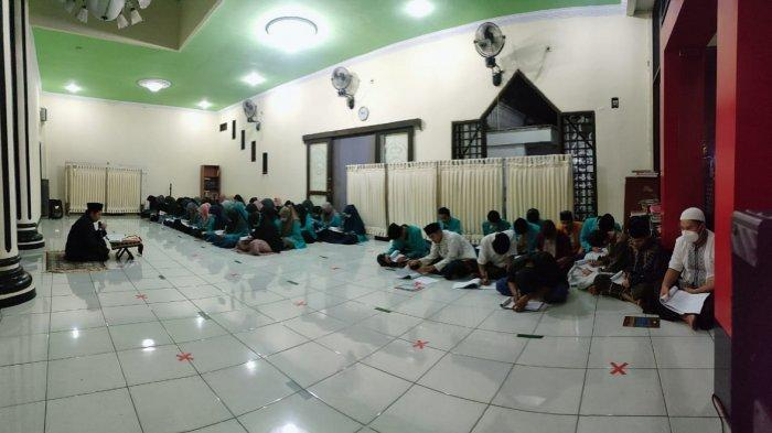 Santri mendengarkan pasaran Ramadan kitab Ar-Ruh tentang alam barzah karya Ibnu Qoyyim di Pondok Pesantren Al-Qur'an At-Thabraniyyah, Kamis (22/4/2021) malam.