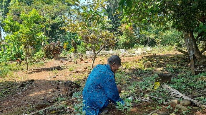 Sartaman (87), warga Talaga Paheut, Desa Parumasan, Kecamatan Cipeucang, Kabupaten Pandeglang, Banten