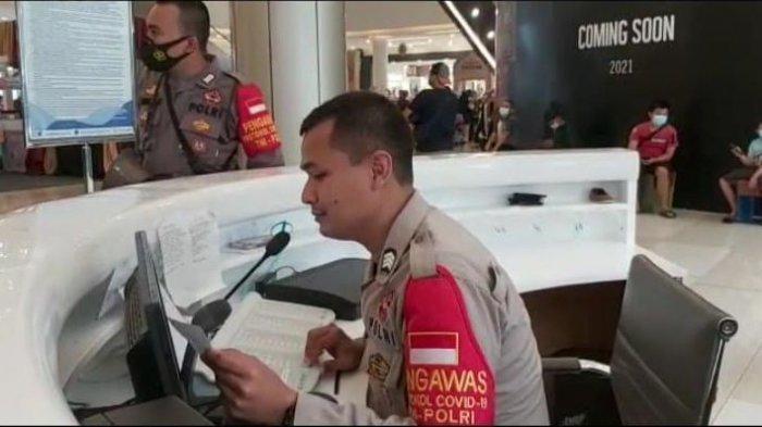 Pakai Pengeras Suara, Anggota Polsek Panongan Kota Tangerang Imbau Pengunjung Mal Terapkan Prokes