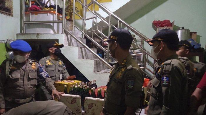 Petugas Gabungan Sita 311 Botol Berisi Miras di Warung Remang-remang di Jalan Raya Serang-Jakarta
