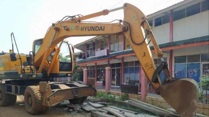 Pakai Ekskavator, Satpol PP Robohkan Tembok Sepanjang 300 Meter Yang Kurung Satu Rumah di Ciledug