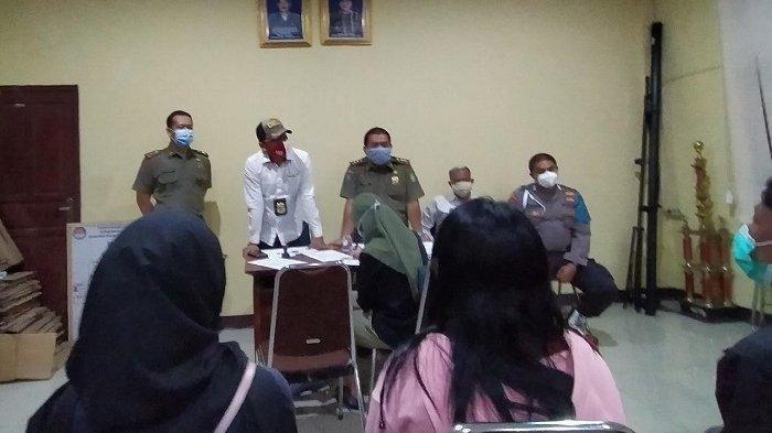 Petugas Satpol PP meminta keterangan sejumlah wanita dan pria yang terjaring razia prostitusi di sejumlah hotel di Kota Tangerang, banten, Minggu (34/10/2020). Hotel berbasis daring yang kedapatan ada praktik tersebut disegel sementara oleh petugas.