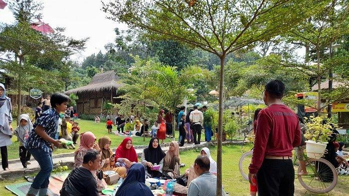 Objek wisata alam Saung Ende di Kecamatan Taktakan, Kota Serang, Banten, ramai dikunjungi warga pada H+2 Hari Raya Idul Fitri 1442 H, Sabtu (15/5/2021).