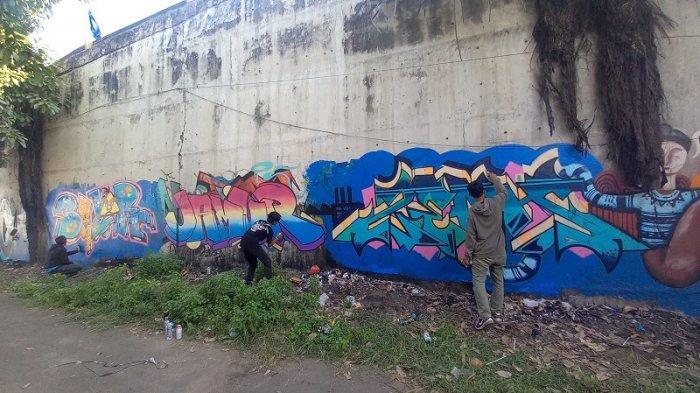 16 Seniman Grafiti Cilegon Menggambar Bersama Sepanjang 25 Meter di Fly Over Cibeber