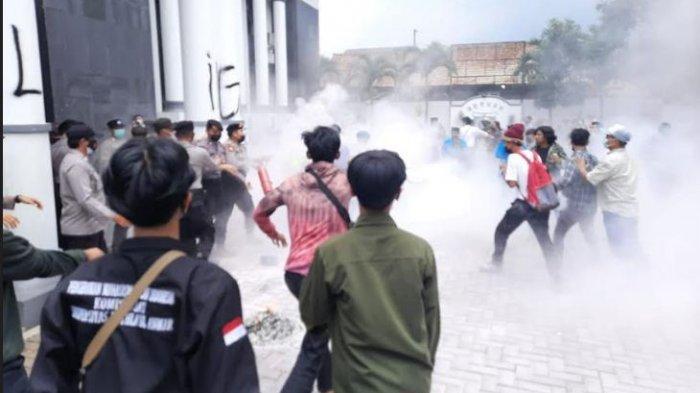 Bakar Ban Bekas di Gedung DPRD Pandeglang, Mahasiswa Soroti Temuan BPK Terkait Perjalanan Dinas