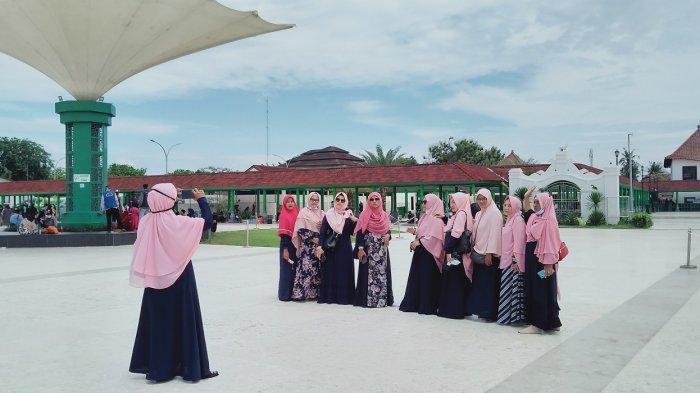 Selesai Berziarah ke Makam Sultan Maulana Hasanuddin, Peziarah Foto di Beberapa Spot Instagramable