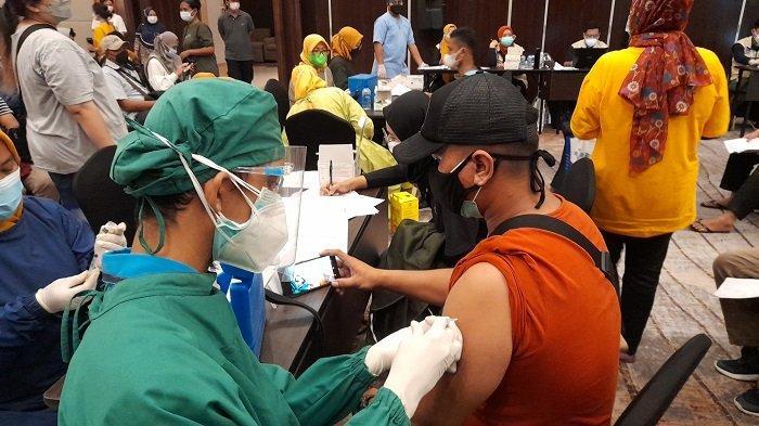 Sejumlah warga mengikuti vaksinasi Covid-19 di Hotel Swiss-Belinn Modern Cikande, Kibin, Kabupaten Serang, Selasa (29/6/2021).