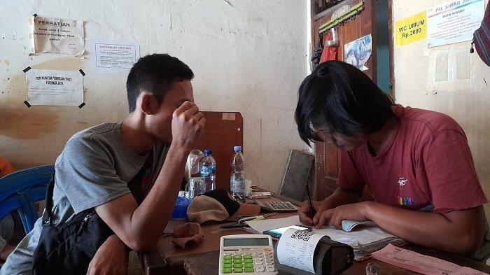 Seorang calon penumpang membeli tiket bus di agen tiket di Terminal Pakupatan di Jalan Raya Jakarta-Serang, Kelurahan Banjaragung, Kecamatan Cipocok Jaya, Kota Serang, Banten, Jumat (23/4/2021) pasca-pemberlakuan larangan mudik 22 April-24 Mei 2021.