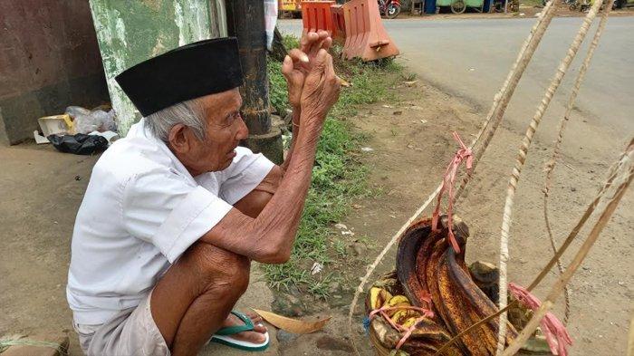 Kakek Siran Penjual Pisang Berusia 80 Tahun Asal Serang, Berdagang Pisang Untuk Obati Matanya
