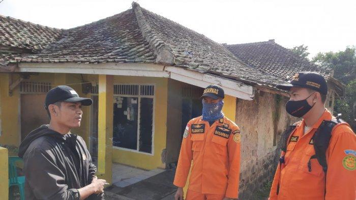 TIm Basarnas Banten melakukan pencarian korban hilang, seorang lansia, Siti Robiatul Adawiyah (64), diperkebunan Blok Sangyangdora RPH Pandenglang, Desa Sukarena Kecamatan Ciomas, Kabupaten Serang, pada Jumat (13/11/2020). Nenek tersebut hilang di area perkebunan itu sejak tiga hari sebelumnnya.