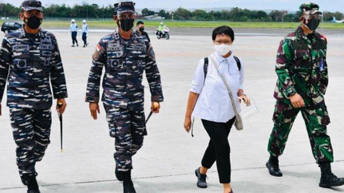 Gaya Kece Menlu Retno Marsudi saat Diapit 3 Jenderal TNI, Sepatu Kiri-Kanan Beda Warna Bikin Salfok