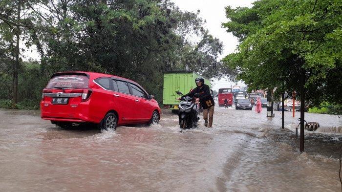 Terjang Genangan Air di Jalan Menuju RSUD Banten, Sejumlah Sepeda Motor Mogok, Terpaksa Didorong