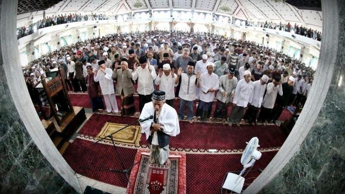 Sholat Jumat di Masjid Al Markaz Al Islami Jenderal M Jusuf, Makassar, Sulsel, Jumat (25/9/2015).