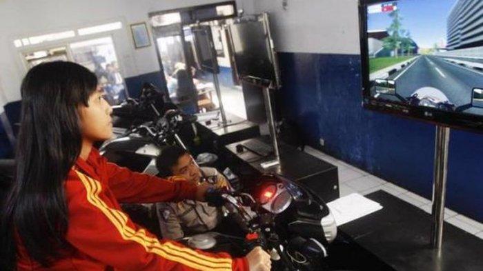 Petugas ruang Simulator Ujian Surat Izin Mengemudi (SIM) C atau kendaraan roda dua di Satlantas Mapolrestabes Kota Bandung, Jawa Barat, beberapa waktu lalu.