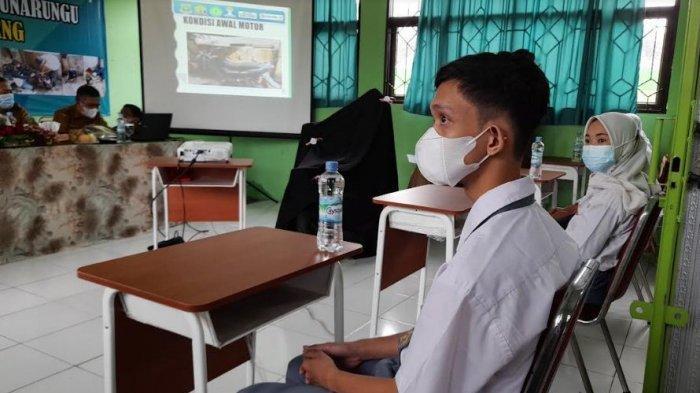 Perjuangan Guru Sekolah Khusus di Serang Saat Belajar Daring, Datangi Rumah Siswa Untuk Mengajar