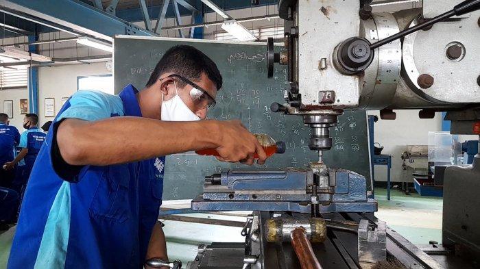Siswa peserta pelatihan kerja melakukan praktik di Balai Besar Pengembangan Latihan Kerja Serang (BBPLK Serang), di Jalan Raya Pandeglang nomor 3, Karundang, Kecamatan Cipocok Jaya, Kota Serang, Banten Selasa, (23/3/2021).