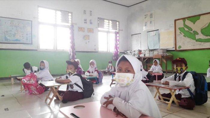 SiswaSDN Cigelam 2 Terpaksa Belajar di Lantai Saat PTM, Harus Bergantian Bila Ingin Duduk di Kursi