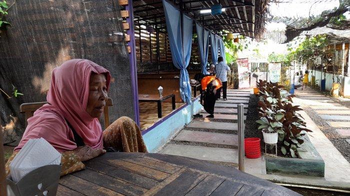 Kisah Perempuan 75 Tahun Berjalan Kaki Berjualan Kerupuk di Pandeglang, Berangkat Setelah Subuh