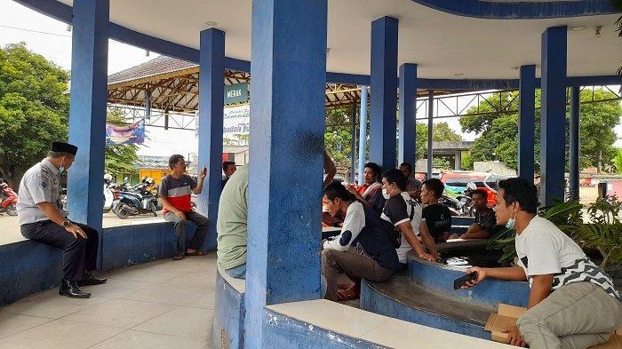Sejumlah sopir Angkutan Antar-Kota Dalam Provinsi (AKDP) duduk-duduk dan mengobrol di Terminal Pakupatan Kota Serang, Kamis (6/5/2021). Mereka mengalami sepi penumpang setelah diberlakukan larangan mudik 6-17 Mei 2021.