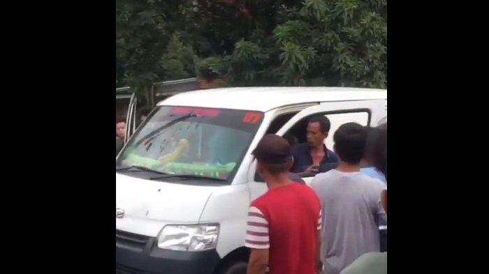 Pengendara Grand Max diamankan polisi dan warga usai menusuk sopir bus Murni Jaya jurusan Labuan-Kalideres di Jalan Rayu Labuan-Pandeglang, Saketi, Kabupaten Pandeglang, Banten, Jumat (21/5/2021) petang. Sebelumnya, bus tersebut sempat menyenggol kendaraan pelaku saat mendahului.