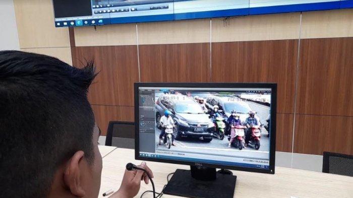 Polisi sedang memantau kondisi lalu lintas di persimpangan di Kota Serang sekaligus untuk sosialisasi tilang elektronik atau ETLE