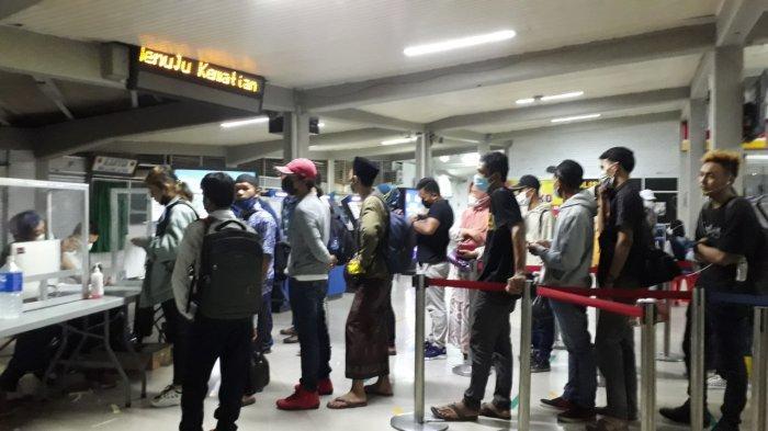 Calon penumpang di Pelabuhan Merak, Banten sedang mengantre untuk tes GeNose-19 Rabu (5/5/2021)