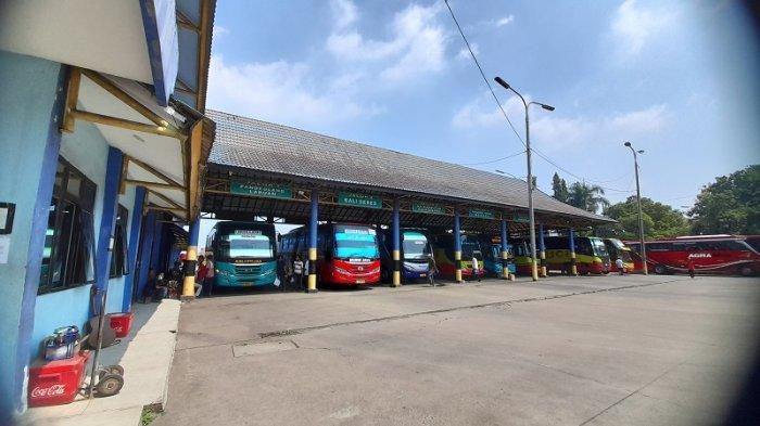 Terminal Pakupatan Ramai di Hari Terakhir Penerapan PPKM, Penumpang Berkerumun Abaikan Prokes