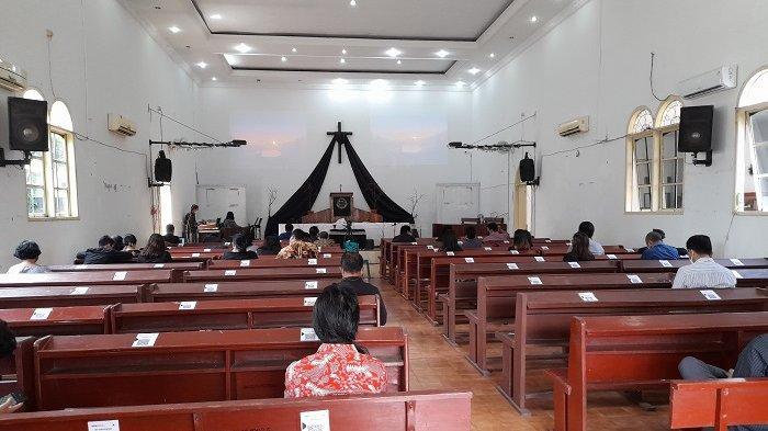 Suasana ibadah Jumat Agung di Gereja Kristen Pasundan di Jalan Sunan Kalijaga nomor 5, Kelurahan Muara Ciujung Barat, Kecamatan Rangkasbitung, Kabupaten Lebak, Banten, pada Jumat (2/4/2021). Ibadah tersebut mendapat penjagaan ketat polisi bersenjata lengkap dan penerapan protokol kesehatan Covid-19.