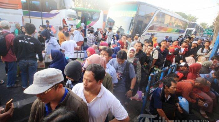 Sejumlah pemudik yang menggunakan moda transportasi darat khususnya bus mulai memadati Terminal Kalideres, Jakarta Barat, Jumat (31/5/2019). Memasuki H-5 Lebaran, sebanyak 7.900 lebih pemudik telah diberangkatkan menuju tujuan masing-masing dari Terminal Kalideres.