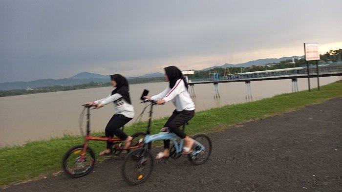 Ngabuburit Ala Muda-mudi Kota Cilegon, Bersepeda Hingga Ajak Keliling Musang di Waduk Krenceng