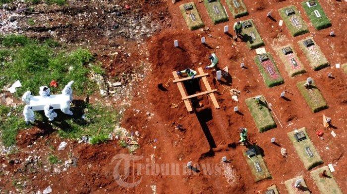 Suasana pemakaman jenazah pasien Covid-19 di TPU Pondok Ranggon, Jakarta, Minggu (24/5/2020).