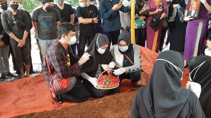 Aldha Refa, istri Okky Bisma, pramugara Sriwijaya Air SJ-182 di pemakaman TPU Balekambang, Kramat Jati, Jakarta Timur, Kamis (14/1/2021).