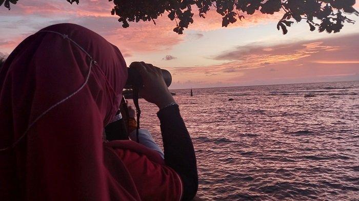 Suasana pemantauan hilal penentuan awal Ramadan 1442 Hijriah di Mercusuar Cikoneng, Jalan Raya Bandulu Anyer, Km 131, Cikoneng, Kecamatan Anyar, Kabupaten Serang, Banten, Senin (12/4/2021) petang.