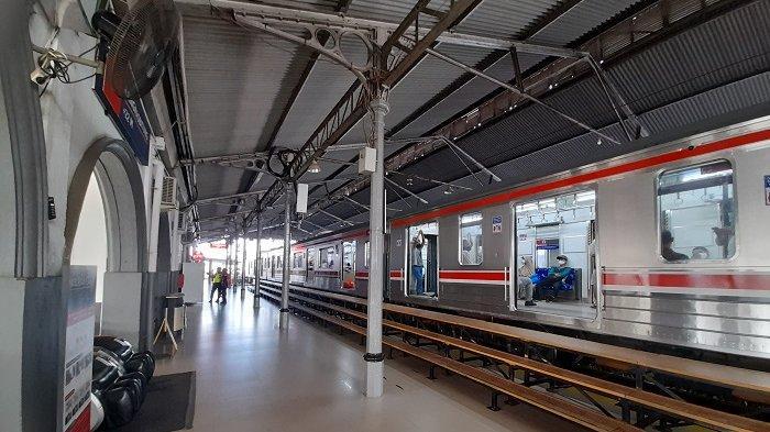 Suasana Stasiun Rangkasbitung, Lebak, pasca-pembatasan jam operasional cummuter line akibat adanya Pemberlakuan Pembatasan Kegiatan Masyarakat (OPKM) Darurat Jawa-Bali pada Sabtu (3/7/2021).