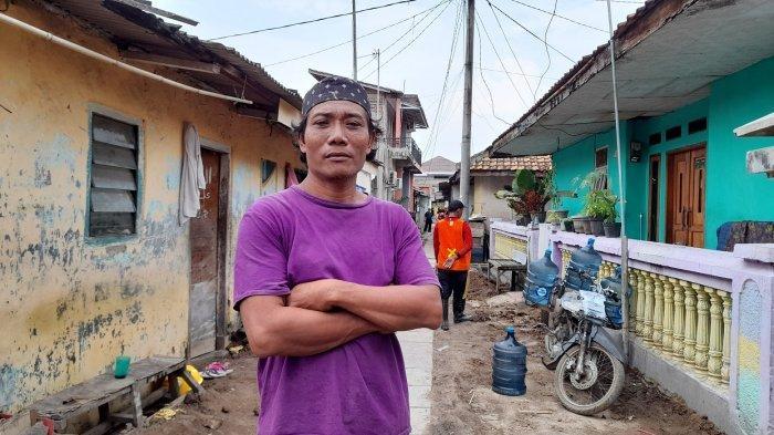 Ketua RT 02/05 Kampung Ciwaktu Lor, Sumarno, di Kampung Ciwaktu Lor, Kelurahan Sumur Pecung, Kecamatan Serang, Kota Serang, Jumat (2/7/2021).