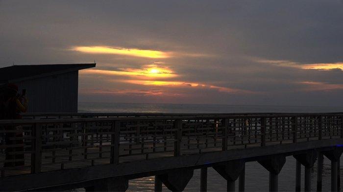 Pemandangan sunset di Pantai Anyer, Kabupaten Serang