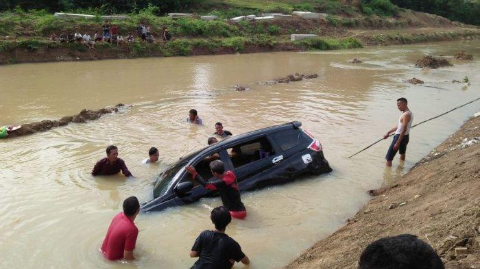 Suzuki Ertiga hitam tercebur SUngai Ciujung di Kampung Malabar, Desa Malabar, Kecamatan Bandung, Kabupaten Serang, Sabtu (2/1/2021) siang.