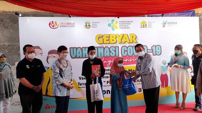 Wali Kota Serang Syafrudin menyerahkan suvenir kepada lansia yang telah mengikuti Gebyar Vaksinasi Covid-19 Lansia di Kawasan Pusat Pemerintahan Provinsi Banten (KP3B), Kota Serang, Jumat (21/5/2021).