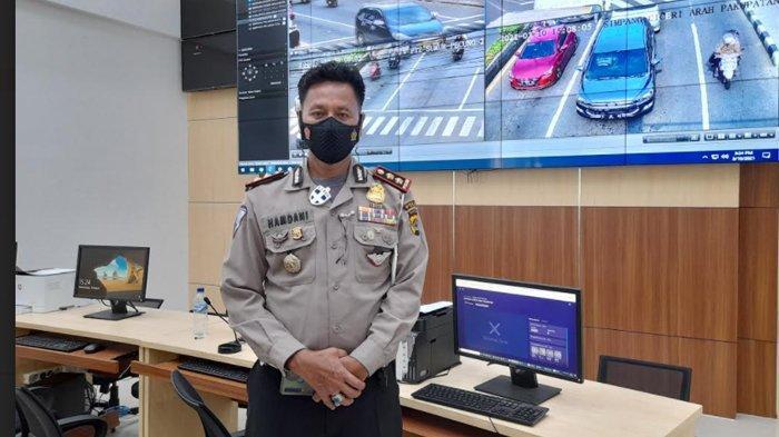 Kasubdit Gakkum Ditlantas Polda Banten, AKBP Hamdani di ruang pantau  CCTV tilang elektronik di Polda Banten