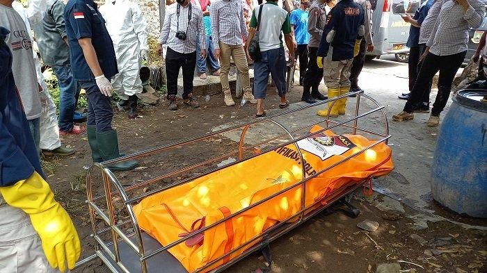 Mayat perempuan ditemukan mengambang di perairan di bekas galian tambang di Cikuasa Dalam, Kelurahan Gerem, Kecamatan Gerogol, Kota Cilegon, Selasa (2/3/2021).