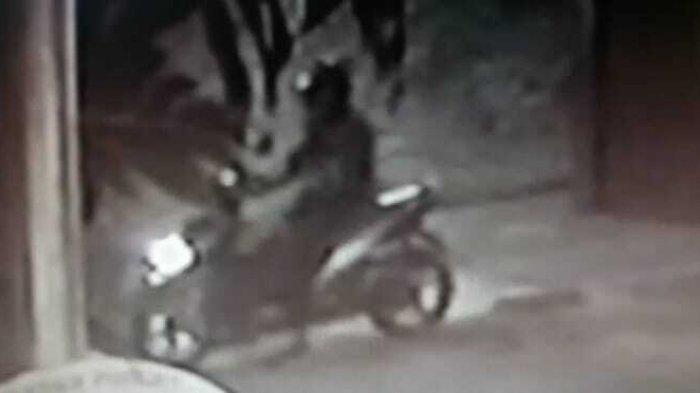Terekam CCTV! Gelagat Mencurigakan Terduga Pelaku Pembunuhan Ustaz di Tangerang